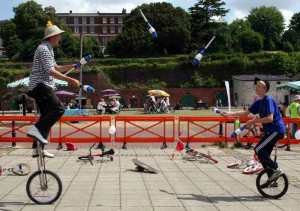 unicycling_juggling_duo